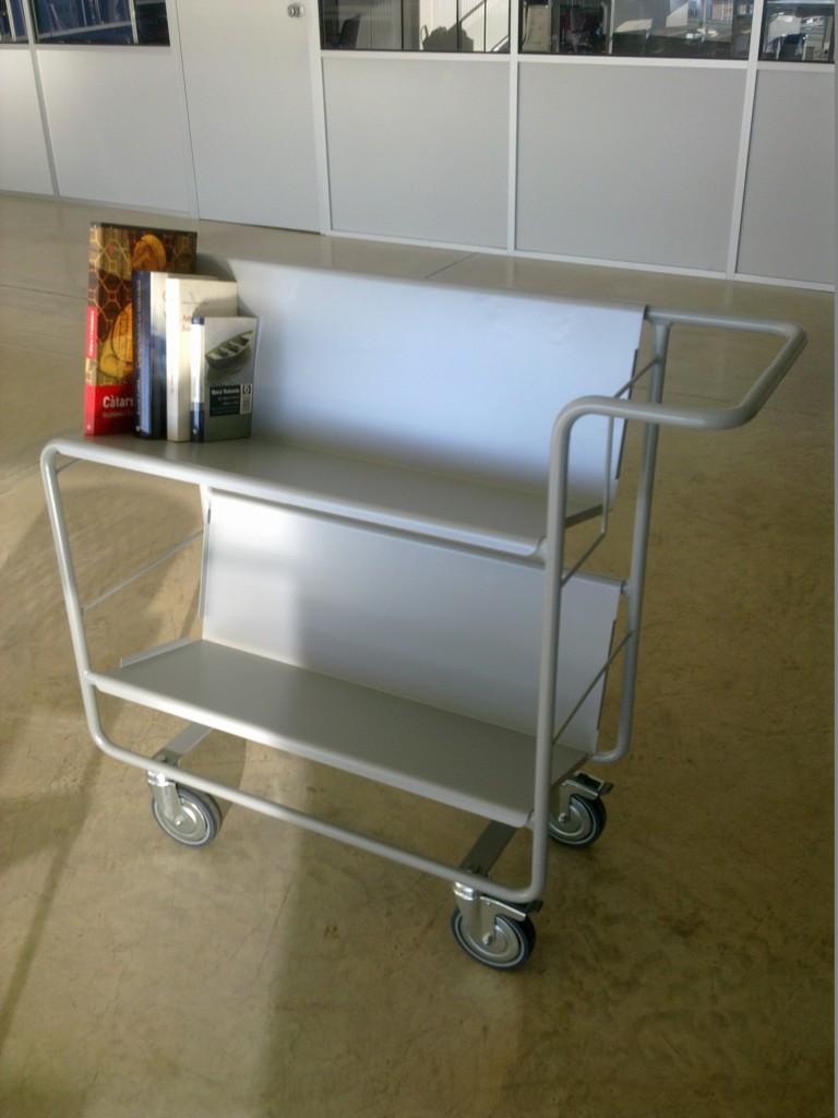 Carro porta-libros metálico de dos bandejas con soporte trasero