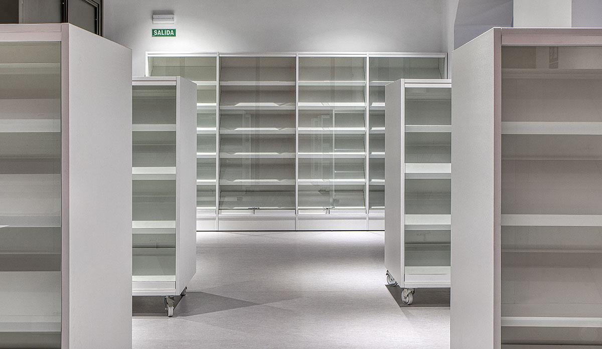 Estantería depósito de libros con puertas.